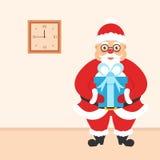 Feest van Kerstmis Het binnenland van de ruimte Kerstman met in hand gift en een muurklok Royalty-vrije Stock Afbeeldingen