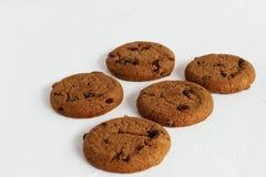 Feest van smaak De eigengemaakte koekjes van de suiker blozende zandkoek met rozijnen en stukken van donkere melkchocola op een l royalty-vrije stock foto