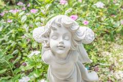 Feestandbeeld in de tuin met bloem Stock Afbeelding