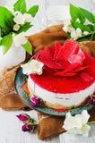 Feestcake en jasmijnbloemen Stock Fotografie