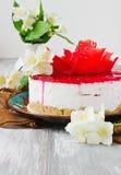 Feestcake en jasmijnbloemen Stock Afbeelding