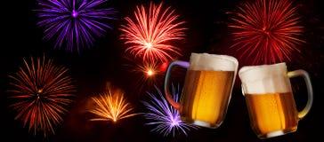 Feestdrank met Twee Glazen Bier Stock Afbeeldingen