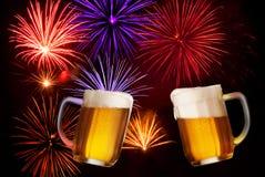 Feestdrank met Twee Glazen Bier Stock Afbeelding