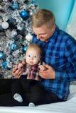 Feestelijk beeld van weinig jongen en gelukkige papa Kerstmishuis, behaaglijkheid stock foto's