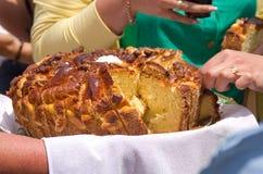 Feestelijk brood Nationaal voedsel een symbool van Slavische gastvrijheid Behandelt voor gasten royalty-vrije stock foto's