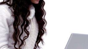 Feestelijk brunette gebruikend haar laptop stock video