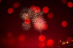 Feestelijk Chinees Nieuwjaar met vuurwerk en bokeh stock foto's