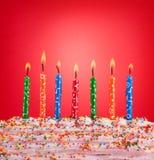 Feestelijk concept Gelukkige verjaardagskaarsen op rode achtergrond Royalty-vrije Stock Foto
