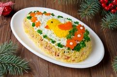 Feestelijk die saladeei met een kuiken en groenten wordt verfraaid Stock Afbeelding