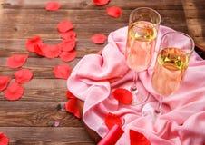 Feestelijk diner met roze bloemblaadjes stock foto's
