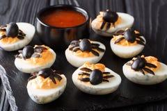 Feestelijk Halloween-voorgerecht: gehalveerde die duivels` s eieren worden verfraaid met royalty-vrije stock afbeeldingen