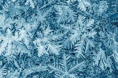 Feestelijk ijzig patroon met sneeuwvlokken op blauwe achtergrond royalty-vrije stock foto