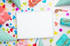 Feestelijk kader of heldere achtergrond, gift, confettien, Carnaval-hoed en wimpel Vlakke stijl Verjaardag of vakantiekaart met e royalty-vrije stock foto's