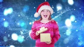 Feestelijk meisje die magische Kerstmisgift openen stock videobeelden
