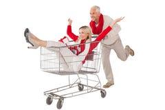 Feestelijk paar die ongeveer in het winkelen karretje knoeien Stock Afbeelding