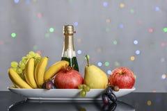 Feestelijk stilleven van verse multicolored vruchten op een mooie achtergrond Royalty-vrije Stock Foto's