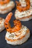 Feestelijk voorgerecht met kruidige garnalen op geroosterd brood, close-up stock afbeelding