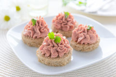 Feestelijk voorgerecht: sandwich met pastei Stock Afbeelding