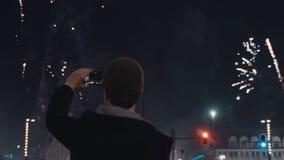 Feestelijk vuurwerk op Nieuwjaar` s Vooravond in het centrum van de nachtstad stock video