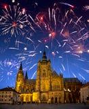 Feestelijk vuurwerk over de kathedraal van Heilige Vitus, Praag, de Tsjechische Republiek Royalty-vrije Stock Afbeeldingen