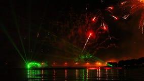 Feestelijk vuurwerk, vuurwerk over het water stock footage