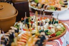 Feestelijk zout buffet, vissen, vlees, spaanders, kaasballen en andere specialiteiten voor het vieren van huwelijken en andere ge stock afbeeldingen