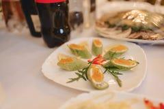 Feestelijk zout buffet, vissen, vlees, spaanders, kaasballen en andere specialiteiten voor het vieren van huwelijken en andere ge royalty-vrije stock foto