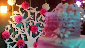 Feestelijke achtergrond, huwelijks mooie cake, vakantie, verjaardag, verjaardagscake stock footage