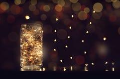 feestelijke achtergrond, nieuw jaar Slingers en sparappel Vakantieachtergrond, behang Royalty-vrije Stock Foto's