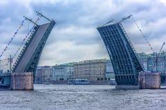 Feestelijke begroeting aan de Dag van de Russische Marine De Paleisbrug over Neva Stock Fotografie
