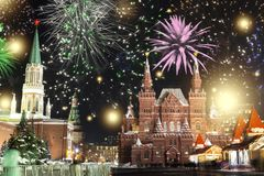 Feestelijke begroeting en vuurwerk op het rode vierkant in Moskou Begroetingslichten over het Kremlin en de GOM bij de Nieuwjaarv stock afbeelding