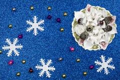 Feestelijke blauwe achtergrond met sneeuwvlokken en Kerstmisdecoratie stock foto's