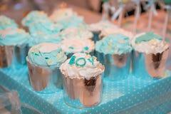 Feestelijke blauwe cupcakes op lijst royalty-vrije stock foto's