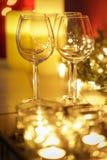Feestelijke brandende kaarsen met wijnglazen royalty-vrije stock afbeeldingen