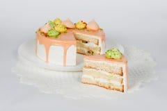 Feestelijke cake op wit Stock Foto's