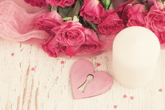 Feestelijke de dagachtergrond van Valentine ` s met rozen en harten de bovenkant wedijvert Royalty-vrije Stock Fotografie