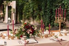 Feestelijke de kaarsbloemen van de huwelijkslijst royalty-vrije stock afbeelding