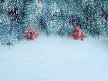 Feestelijke de kaartgrens van de kerstboomtak op houten achtergrond, sneeuw royalty-vrije stock foto