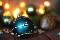 Feestelijke decoratieve blauwe snuisterij op Kerstmisboom Stock Fotografie