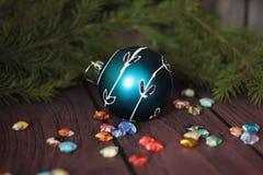 Feestelijke decoratieve blauwe snuisterij op Kerstmisboom Royalty-vrije Stock Afbeeldingen