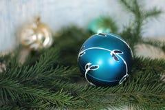 Feestelijke decoratieve blauwe snuisterij op Kerstmisboom Royalty-vrije Stock Fotografie