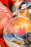 Feestelijke die ballen van glas op de Kerstmismarkt worden gemaakt Stock Foto's