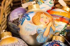 Feestelijke die ballen van glas op de Kerstmismarkt worden gemaakt Royalty-vrije Stock Foto's