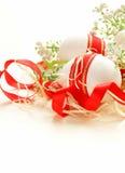 Feestelijke die eieren met rood lint worden verfraaid - symbool van Pasen Stock Foto