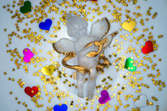 Feestelijke die engel door kleurrijke harten wordt omringd Stock Foto's