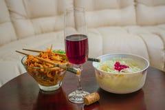 Feestelijke die Kerstmislijst met snacks en wijn wordt versierd royalty-vrije stock afbeelding