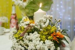 Feestelijke die lijst met bloemen en kaars wordt verfraaid Stock Foto