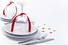 Feestelijke die lijst met glazen met harten op witte achtergrond h wordt geplaatst Stock Afbeeldingen