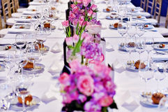 Feestelijke dinerlijst met mooie bloemenboeketten Stock Afbeelding