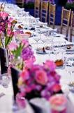 Feestelijke dinerlijst met mooie bloemenboeketten Royalty-vrije Stock Afbeelding